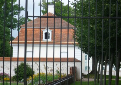 Cavalier's house and surrounding castle wall at the castle Meseberg